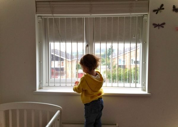 Montazh okon PVH v detskoj komnate (3)