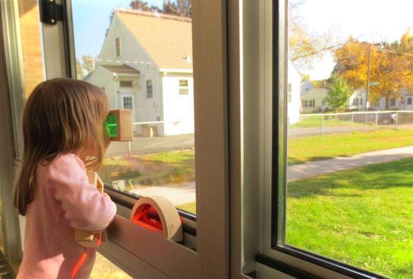 Montazh okon PVH v detskoj komnate (4)